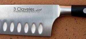 Detalle de la virola y los alveolos de un cuchillo santoku