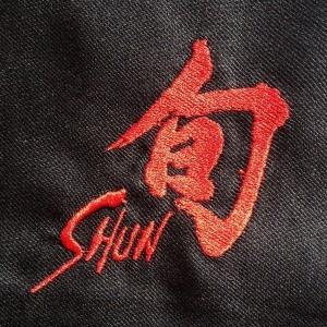 Logotipo KAI Shun bordado en delantal KAI SHUN