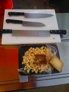 Cuchillos para queso en un puesto de la Santoku Cortando queso en la Feria-Mercado del Queso Artesano de Andalucía 2015