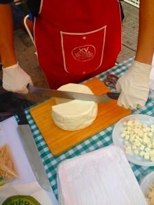 Cuchillo de 2 mangos para cortar queso en la Feria-Mercado del Queso Artesano de Andalucía 2015