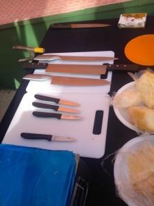 Muestrario de cuchillos de el stand Queso de Tetilla Gallega en la Feria-Mercado del Queso Artesano de Andalucía 2015