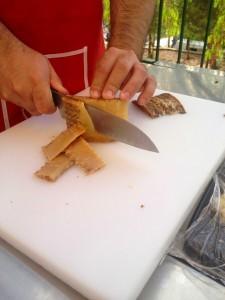 Santoku Cortando queso en la Feria-Mercado del Queso Artesano de Andalucía 2015