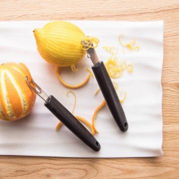 Usando el rallador de limones 4812 y el acanalador  4813 – 3 Claveles – Cuchillalia