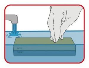 Sumergir la piedra de afilar en agua durante al menos 5-10 min.