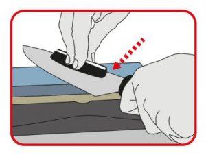 Realizar movimientos de la hoja del cuchillo sobre la piedra desde la punta.