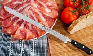 Cuchillo jamonero Arcos Riviera con plato de jamón