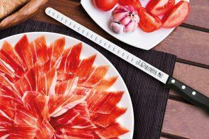 Cuchillo Salmonero 3 Claveles con plato de jamón