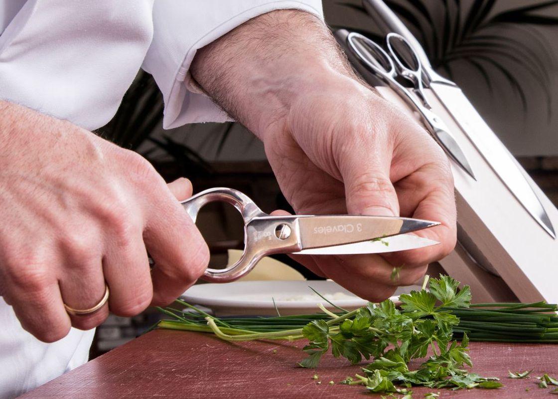Tijeras de cocina 3 Claveles cortando perejil