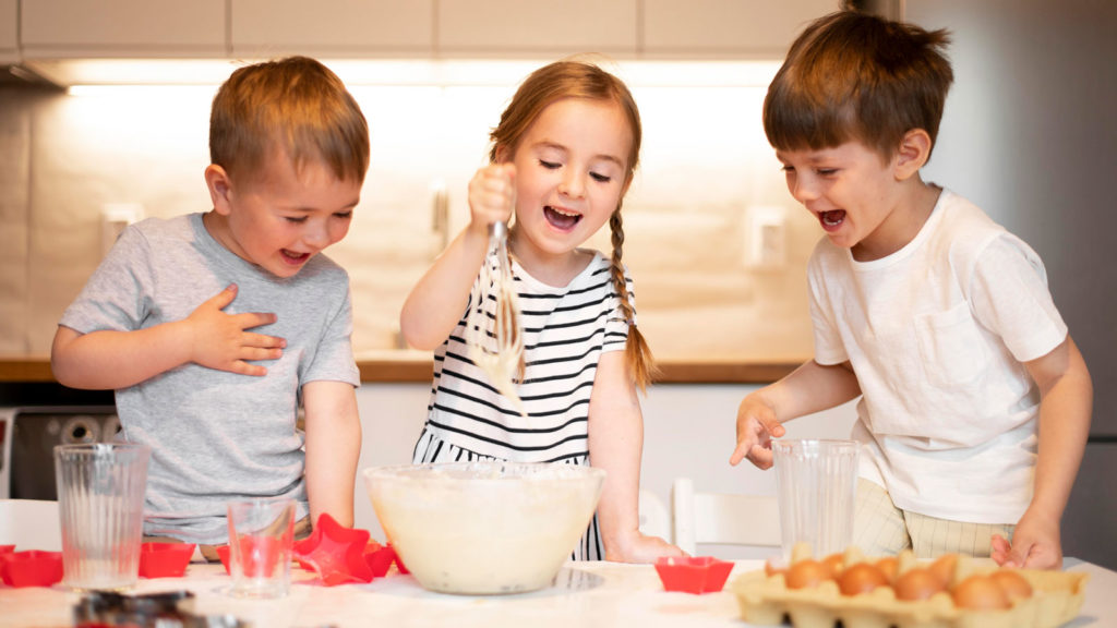 Niños divirtiéndose en la cocina